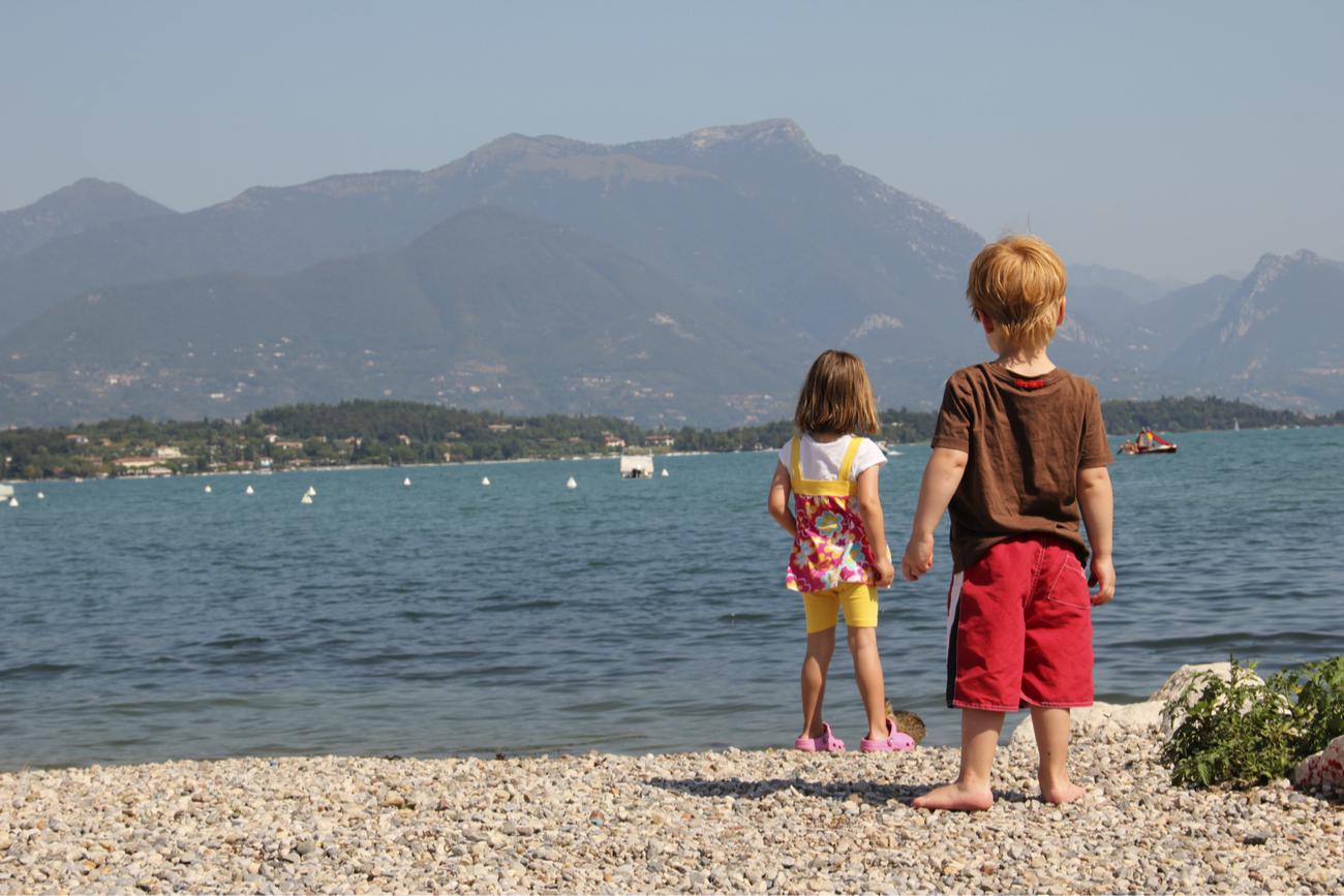 bambini spiaggia lago garda